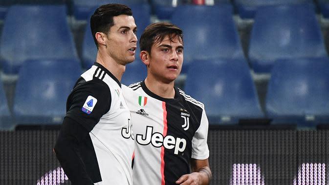 Penyerang Juventus, Paulo Dybala (kanan) berselebrasi dengan Cristiano Ronaldo usai mencetak gol ke gawang Sampdoria pada pertandingan lanjutan Liga Serie A Italia di stadion Luigi-Ferraris di Genoa (18/12/2019). Juventus menang tipis 2-1 atas Sampdoria. (AFP/Marco Bertorello)