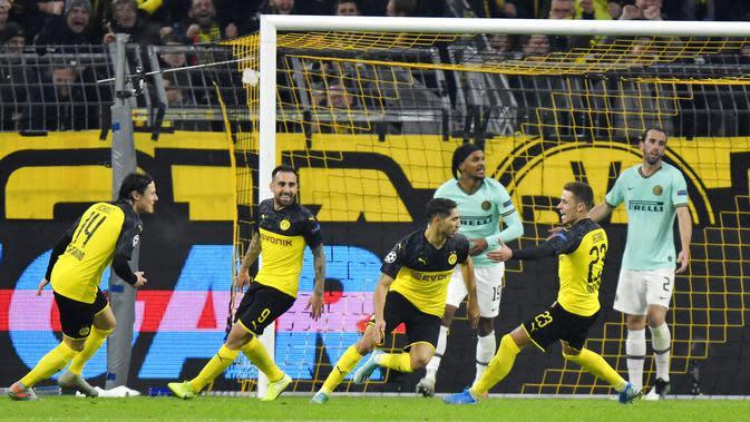 Para pemain Borussia Dortmund merayakan gol yang dicetak oleh Achraf Hakimi ke gawang Inter Milan pada laga Liga Champions 2019 di Stadion Signal Iduna Park, Selasa 926/11). Borussia Dortmund menang 3-2 atas Inter Milan. (AP/Martin Meissner)