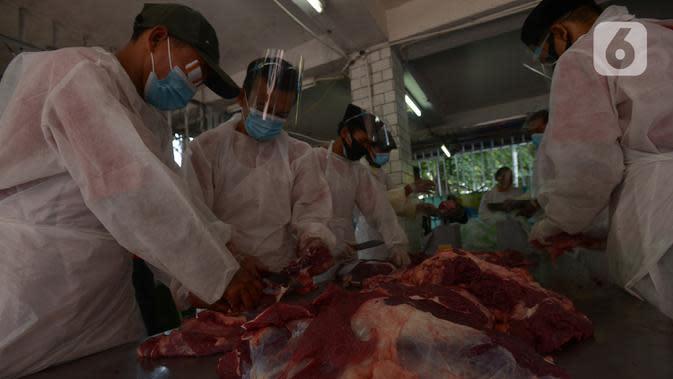 Panitia memakai masker saat memotong daging kurban di RPH Masjid Istiqlal, Jakarta, Sabtu (1/8/2020). Pemotongan hewan kurban yang terdiri dari 20 ekor sapi dan 15 ekor kambing dilakukan dengan menggunakan protokol kesehatan untuk mengantisipasi penyebaran Covid-19. (merdeka.com/Imam Buhori)