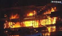 台中高鐵站旁工地暗夜火 警消急灌救