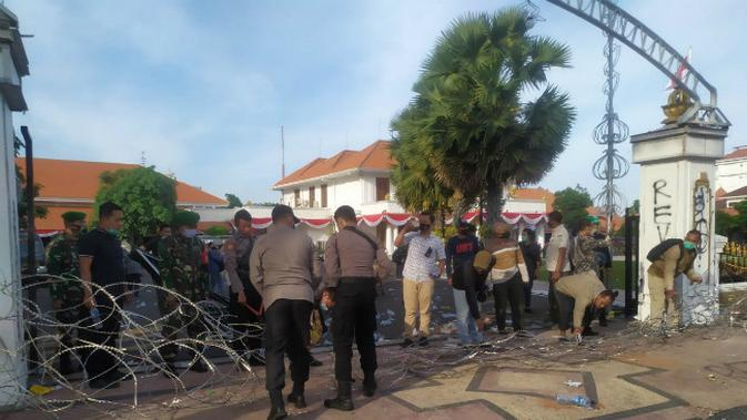 Aksi demo di depan Gedung Grahadi, Surabaya, Jawa Timur, Kamis (8/10/2020). (Foto: Liputan6.com/Dian Kurniawan)