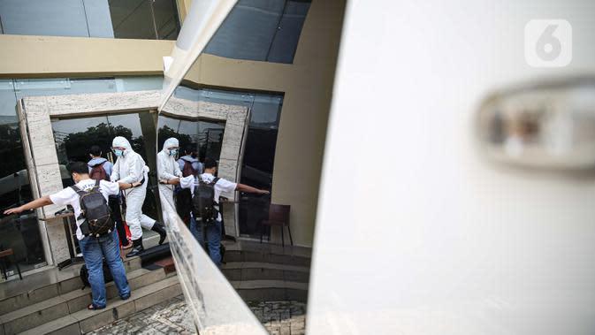 Pasien tanpa gejala Covid-19 yang diantar dengan ambulans tiba di Hotel U Stay Mangga Besar, Sawah Besar, Jakarta, Senin (28/9/2020). Sebagian pasien tanpa gejala mulai diisolasi di hotel untuk mengantisipasi daya tampung Rumah Sakit Darurat Wisma Atlet yang semkain padat. (Liputan6.com/Faizal Fana