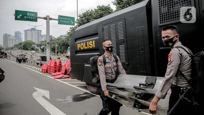 Polisi menyiapkan tameng untuk menjaga keamanan di sekitar Gedung DPR/MPR RI, Jakarta, Jumat (14/8/2020). Pengamanan ekstra tersebut untuk mengantisipasi rencana unjuk rasa menolak RUU Cipta Kerja yang bertepatan dengan Sidang Tahunan di Gedung DPR. (Liputan6.com/Faizal Fanani)