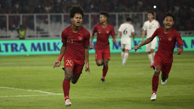 Striker Timnas Indonesia U-19, Bagus Alfikri, merayakan gol yang dicetaknya ke gawang Timnas Korea Utara pada laga Kualifikasi AFC U-19 2020 di Stadion GBK, Jakarta, Minggu (10/11). Indonesia U-19 berhasil menahan imbang 1-1 DPR Korea. (Bola.com/Yoppy Renato)