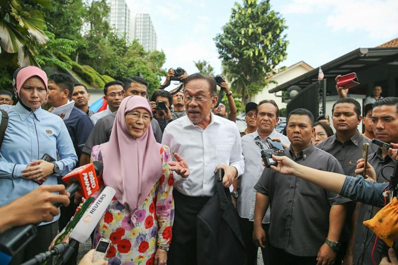 Datuk Seri Anwar Ibrahim has urged husbands today to share household chores with their spouses and to ignore what he termed as nonsensical suggestions by the Women, Family and Community Development Ministry. — Picture by Yusof Mat Isa
