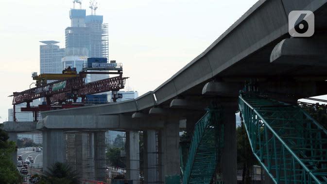 Suasana pembangunan jalur LRT di kawasan Jalan HR Rasuna Said, Jakarta, Rabu (8/7/2020). Wabah Covid-19 memengaruhi kondisi kesejahteraan masyarakat dan pertumbuhan ekonomi Indonesia pada tahun 2020 yang diproyeksikan -0,4 sampai dengan 1,0 persen. (Liputan6.com/Helmi Fithriansyah)