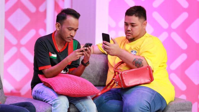 Ruben Onsu dan Ivan Gunawan terlihat asyik melihat telepon genggamnya di sela-sela syuting (Adrian Putra/Bintang.com)
