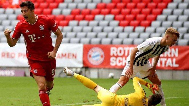 Selebrasi striker Bayern Munich, Robert Lewandowski