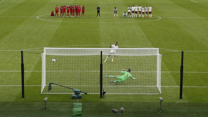 Penyerang Arsenal, Pierre-Emerick Aubameyang saat mencetak gol penalti kemenangan melawan Liverpool pada laga Community Shield di stadion Wembley di London, Sabtu, (29/8/2020). (Andrew Couldridge/Pool via AP)