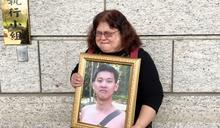 排長輕生 母親帶遺照痛陳司法不公