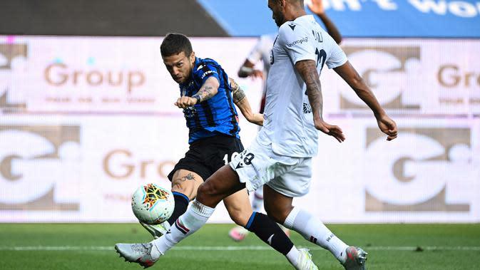 Penyerang Atalanta, Papu Gomez, berebut bola dengan bek Bologna, Danilo, pada laga lanjutan Serie A pekan ke-35 di Gewiss Stadium, Rabu (22/7/2020) dini hari WIB. Atalanta menang 1-0 atas Bologna. (AFP/Marco Bertorello)