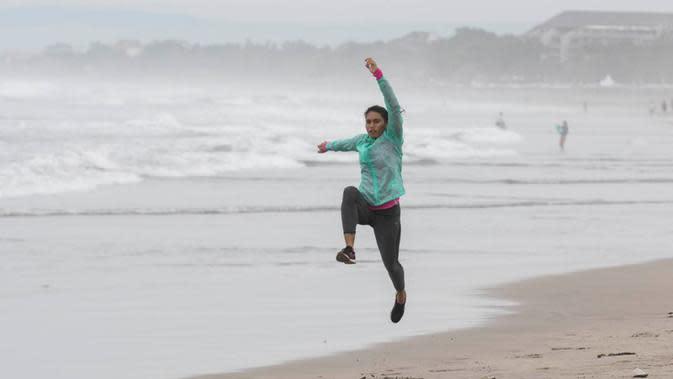 Atlet lompa jauh Indonesia, Maria Londa, saat berlatih di Pantai Legian, Bali, Rabu (27/1/2016). (bola.com/Vitalis Yogi Trisna)