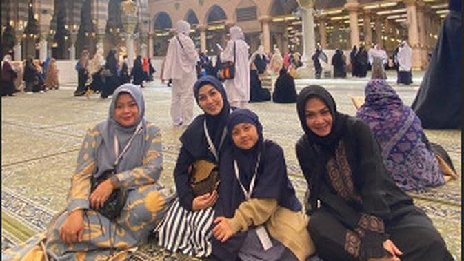 Momen Keluarga Raffi Ahmad Saat Umroh (Sumber: Instagram @nurmamanazahra)