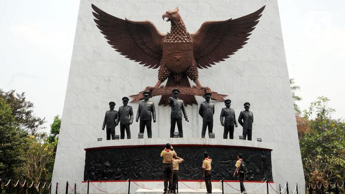Sejumlah Pramuka mengabadikan patung tujuh pahlawan revolusi di Monumen Pancasila Sakti (Liputan6.com/Helmi Fithriansyah)