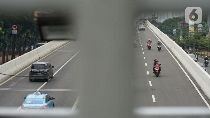 Pengendara sepeda motor melaju di Jalan Layang Non Tol (JLNT) Kampung Melayu-Tanah Abang, Jakarta, Kamis (12/3/2020). Ditlantas Polda Metro Jaya berencana menerapkan tilang elektronik atau electronic traffic law enforcement (ETLE) dalam waktu dekat di JLNT itu. (Liputan6.com/Immanuel Antonius)