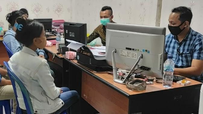 Tersangka perdagangan manusia di Banyumas menjalani pemeriksaan di Mapolresta Banyumas didampingi penasihat hukum, beberapa waktu yang lalu. (Foto: Liputan6.com/Rudal Afgani)