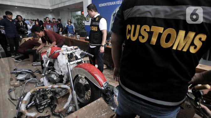 Petugas Bea Cukai menyiapkan barang bukti pada konferensi pers terkait penyelundupan motor Harlery Davidson dan sepeda Brompton menggunakan pesawat baru milik Garuda Indonesia di Kementerian Keuangan, Jakarta, Kamis (5/12/2019). (merdeka.com/Iqbal S Nugroho)