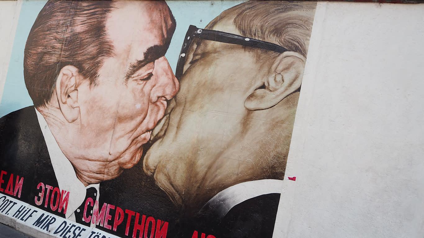 在位於德國柏林賓士競技場前方的東邊畫廊,由Dmitri Wladimirowitsch Wrubel, 靈感來自前蘇聯領導人勃日涅夫和東德領導人埃里希·昂納克的會晤的照片。