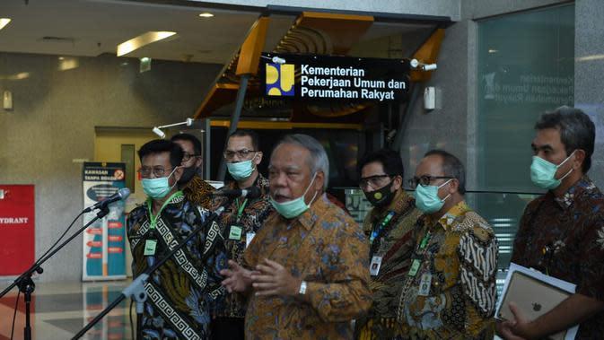 Menteri PUPR, Basuki Hadimuljono saat menggelar konferensi pers bersama Menteri Pertanian Syahrul Yasin Limpo di Kantornya, Jumat (7/3).