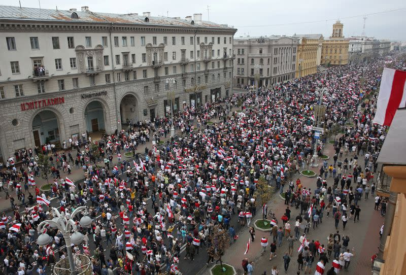 Belarusian protesters, defying army, flood Minsk