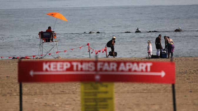 Seorang penjaga pantai terlihat sedang bertugas di sebuah pantai di Coney Island, New York City, AS, pada 1 Juli 2020. Pada Rabu (1/7), delapan pantai di New York City secara resmi dibuka untuk berenang selama jam kerja harian penjaga pantai, yakni mulai pukul 10.00 hingga 18.00. (Xinhua/Wang Ying)
