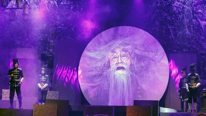 Tokoh Mandor Kepala, menjadi satu-satunya lakon yang hanya muncul lewat multimedia. Beradu peran dengan empat lakon anak buahnya yang nyata berada di atas set panggung bertingkat. (Bambang E Ros/Fimela.com)