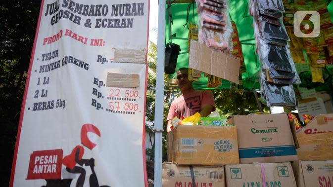 Erdianto (45) pedagang warung sembako tradisional menunggu pembeli di Pinggir jalan Villa Pamulang, Tangerang Selatan, Banten, Selasa (25/8/2020). Erdianto dapat melayani pembeli secara langung maupun pesan antar. (merdeka.com/Dwi Narwoko)