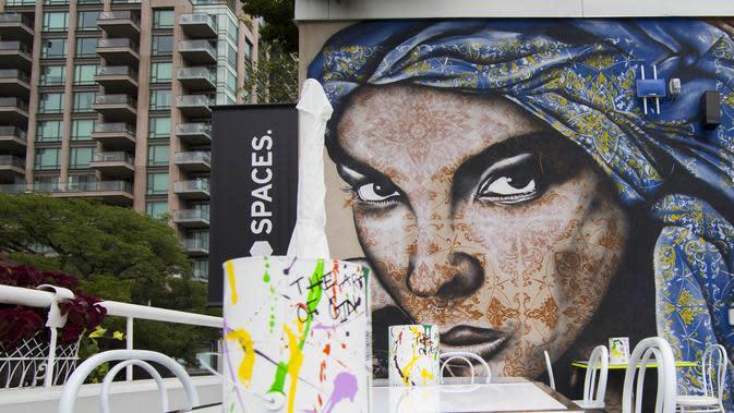 Mural terlihat dalam acara Yorkville Murals 2020 di Toronto, Kanada (29/8/2020). Dengan karya mural artistik dan implementasi aktivasi budaya, acara tahunan ini digelar mulai Jumat (28/8) hingga Minggu (30/8) sebagai perayaan seni publik dan gerakan mural kontemporer. (Xinhua/Zou Zheng)