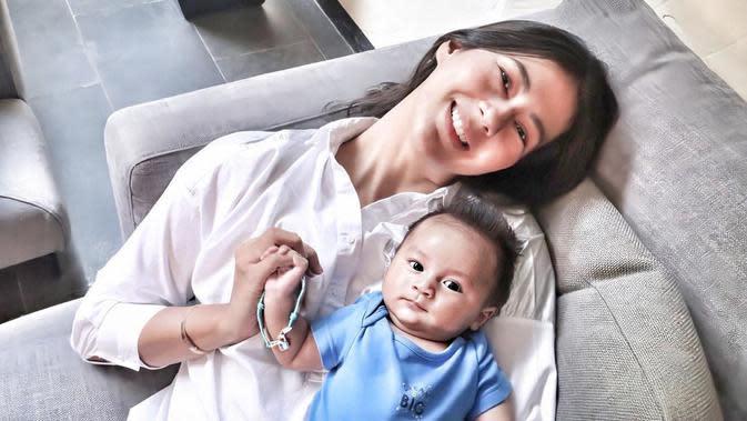 Paula, istri dari Baim Wong ini tengah menikmati perannya menjadi ibu. 27 Desember 2019 lalu, Paula melahirkan anak laki-laki yang diberi nama Kiano Tiger Wong. Kini Kiano makin tumbuh besar dan menggemaskan. (Instagram/paula_verhoeven)