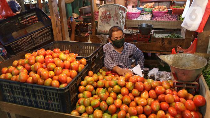 Pedagang menunggu pembeli di Pasar Senen, Jakarta, Selasa (5/5/2020). Badan Pusat Statistik (BPS) mencatat inflasi pada April 2020 sebesar 0,08% yang disebabkan permintaan barang dan jasa turun drastis akibat pandemi COVID-19. (Liputan6.com/Angga Yuniar)