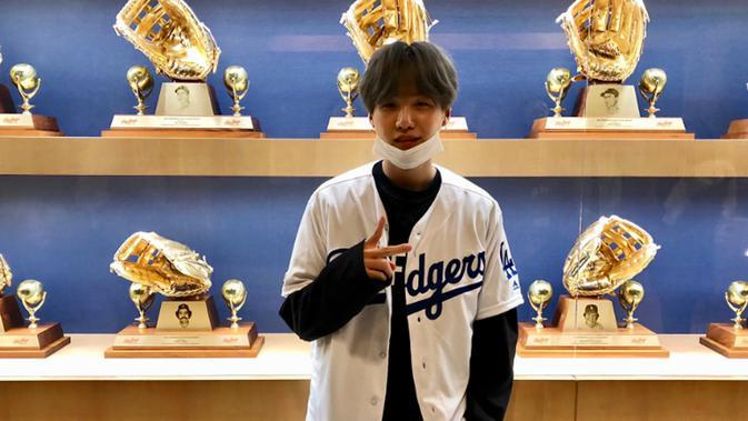 Salah satu member BTS, Suga terlihat mendatangi pertandingan baseball di Los Angeles, Rabu (08/05/19) (Liputan6.com/twitter/Dodgers)