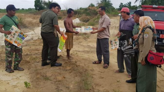 Petugas BBKSDA Riau mengunjungi warga terkait kemunculan harimau sumatra. (Liputan6.com/M Syukur)