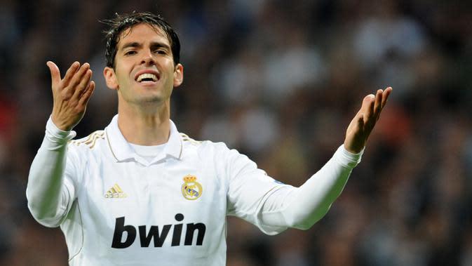 Penampilan apik Kaka bersama AC Milan membuat Real Madrid memboyongnya pada 2009. Namun sayang Kaka justru tampil melempem dan kesulitan menemukan perfroma terbaiknya bersama Real Madrid dan lebih banyak dibangku cadangkan. (AFP/Christof Stache)