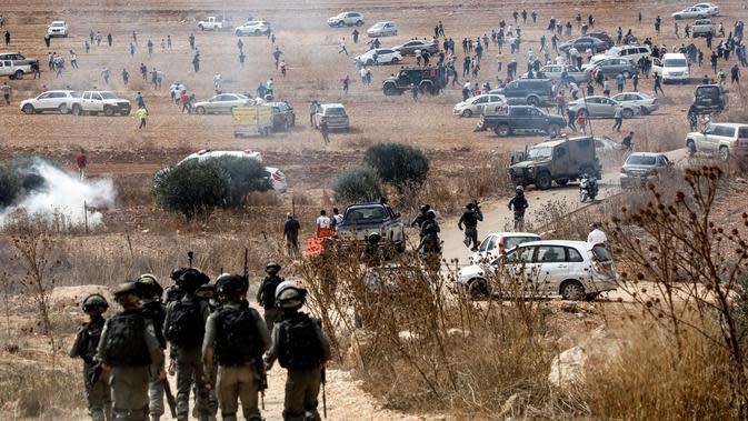 Pasukan penjaga perbatasan Israel bergegas ke lokasi bentrokan saat pengunjuk rasa Palestina berdemonstrasi di Ramallah, Tepi Barat, Kamis (17/10/2019). Pengunjuk rasa menentang pembangunan pos terdepan Israel di dekat desa Palestina, Turmus Ayya, dan pemukiman Israel, Shilo. (Jaafar ASHTIYEH/AFP)