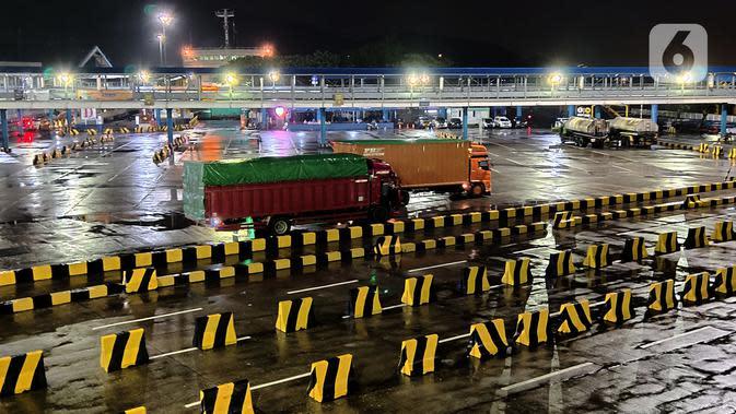 Suasana aktivitas kendaraan yang akan menyeberang di Pelabuhan Merak, Banten, Selasa (19/5/2020). Memasuki H-6 Lebaran, arus penyeberangan penumpang maupun kendaraan terpantau masih sepi. (merdeka.com/Imam Buhori)
