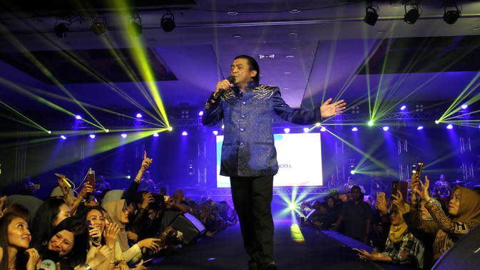 Penyanyi campur sari Didi Kempot ketika menggelar konser di Solo yang disaksikan oleh ibu Presiden Jokowi dan keluarga.(Liputan6.com/Fajar Abrori)