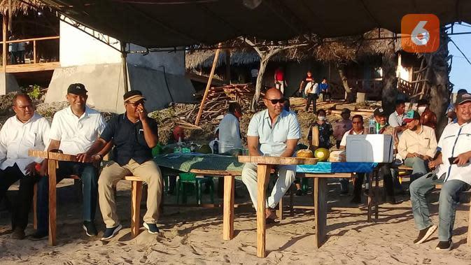 Foto: Gubernur NTT Viktor Laiskodat saat membuka acara Liman Sunset Festival di pantai Liman, Kecamatan Semau, Kabupaten Kupang NTT (Liputan6.com/Ola Keda)