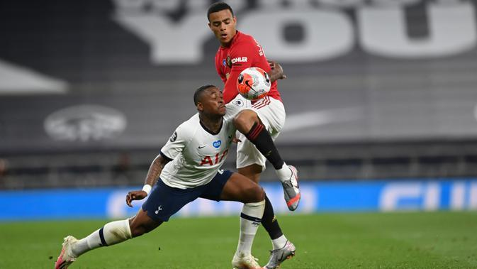 Winger Tottenham Hotspur, Steven Bergwijn berebut bola dengan striker Manchester United, Mason Greenwood dalam laga Liga Inggris di Stadion Tottenham, London, Jumat (19/6/2020). Manchester United berhasil mencuri poin di markas Hotspur dengan skor imbang 1-1. (AP/Glyn Kirk, Pool)