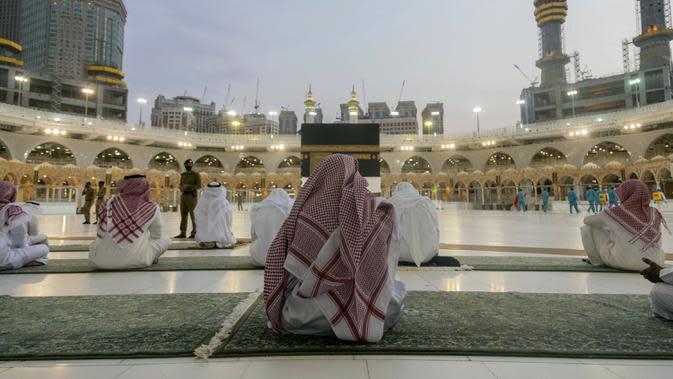 Jemaah berdoa di sekitar Ka'bah, Masjidil Haram, Makkah, Arab Saudi, Minggu (26/7/2020). Karena pandemi COVID-19, Arab Saudi membatasi jumlah jemaah haji tahun ini hanya untuk sekitar 1.000 orang. (Saudi Ministry of Media via AP)