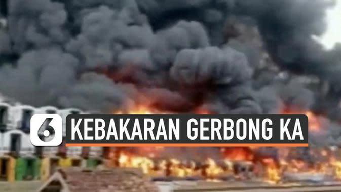 VIDEO: Polisi Selidiki Kebakaran Gerbong Bekas di Stasiun Cikaum