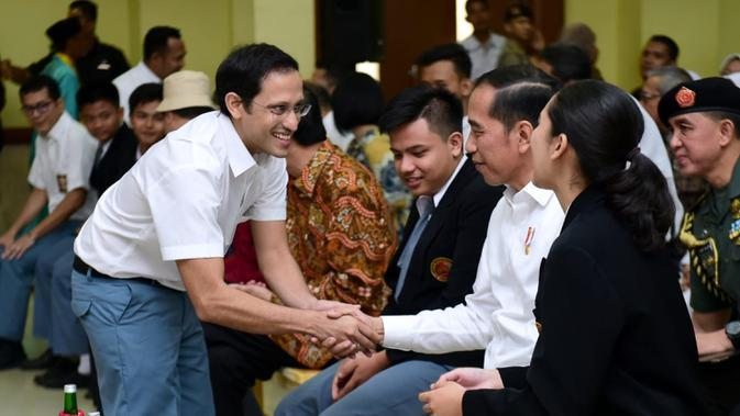 Mendikbud Nadiem Makarim bersalaman dengan Presiden Joko Widodo sebelum tampil dalam drama bertajuk Prestasi Tanpa Korupsi di SMKN 57, Jakarta, Jakarta Selatan, Senin (9/12/2019). Kegiatan tersebut dalam rangka memperingati Hari Antikorupsi Sedunia. (Foto:Biropress Kepresidenan)
