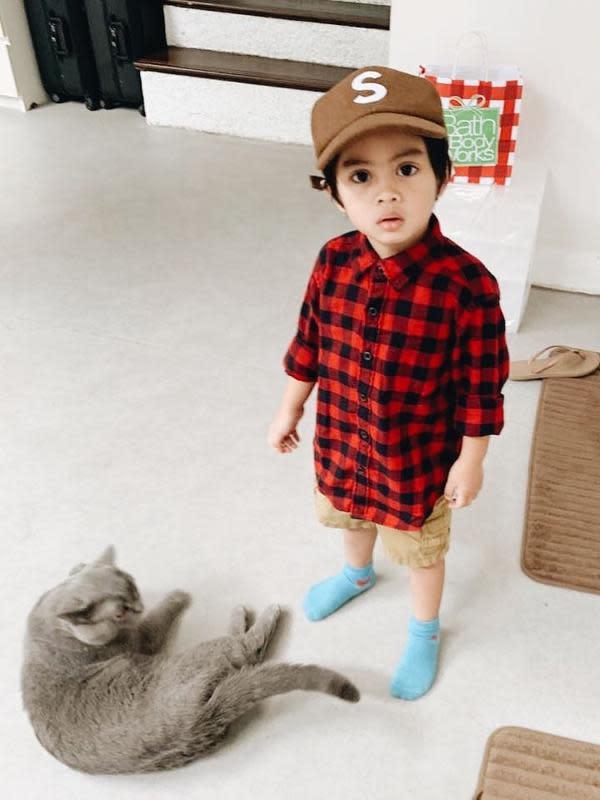 Sekala memang seringkali berbusana layaknya anak laki-laki yang sudah tumbuh besar. Seperti di foto ini, ia sangat tampan dnegan flannel kotak-kotak berwarna merah dan hitam yang dipadukan celana dan topi cokelat. (Instagram/dittopercussion)