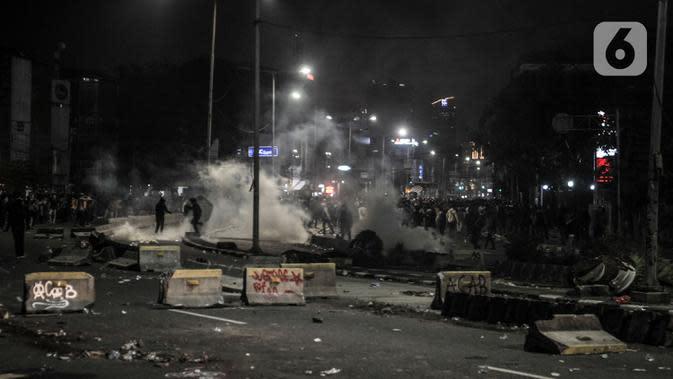 Massa memblokade jalan raya di kawasan Harmoni, Jakarta, Kamis (8/10/2020). Polisi berhasil membubarkan unjuk rasa ricuh yang dilakukan massa penolak UU Cipta Kerja dengan tembakan gas air mata dan watercanon. (merdeka.com/Iqbal S. Nugroho)