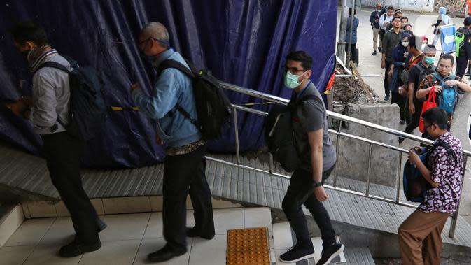 Calon penumpang KRL Commuter Line antre memasuki Stasiun Sudirman, Jakarta, Selasa (17/3/2020. Terjadi antrean akibat PT Kereta Commuter Indonesia (KCI) memberlakukan kebijakan pengecekan suhu tubuh bagi penumpang KRL untuk mengantisipasi penyebaran virus corona Covid-19. (Liputan6.com/Johan Tallo)
