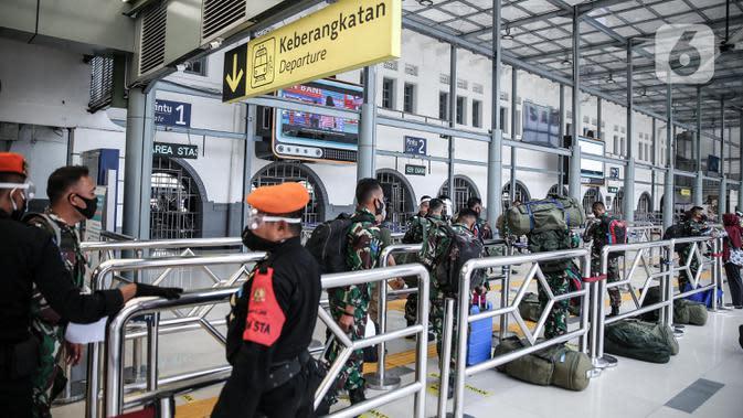 Calon penumpang masuk Stasiun Pasar Senen, Jakarta, Jumat (10/7/2020). PT KAI telah mengoperasikan lima perjalanan kereta jarak jauh untuk tujuan Bandung, Cirebon, dan Surabaya mulai Jumat 10 Juli 2020. (Liputan6.com/Faizal Fanani)