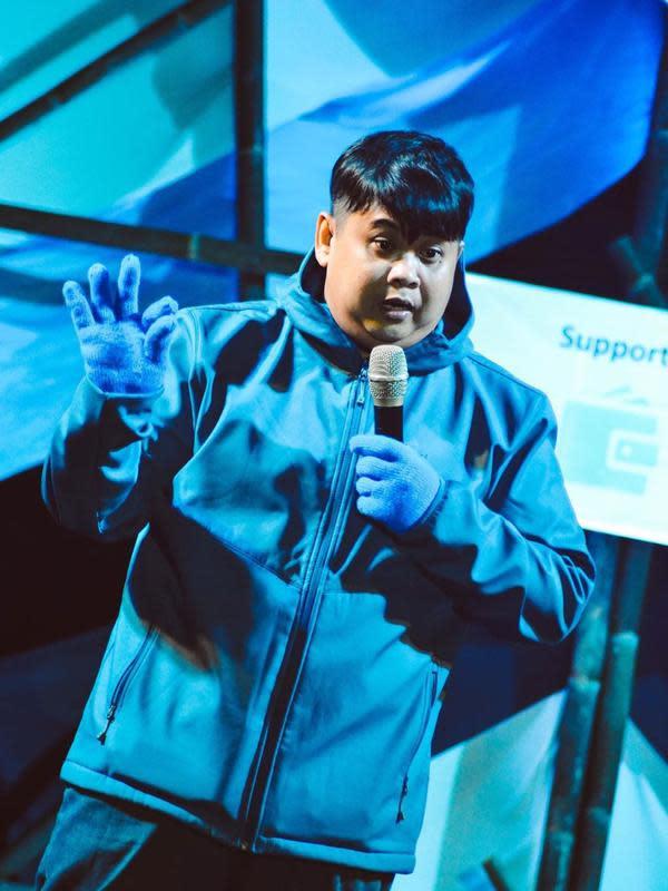 Lolox saat sedang tampil sebagai stand up comedian. (Sumber: Instagram/@silolox)