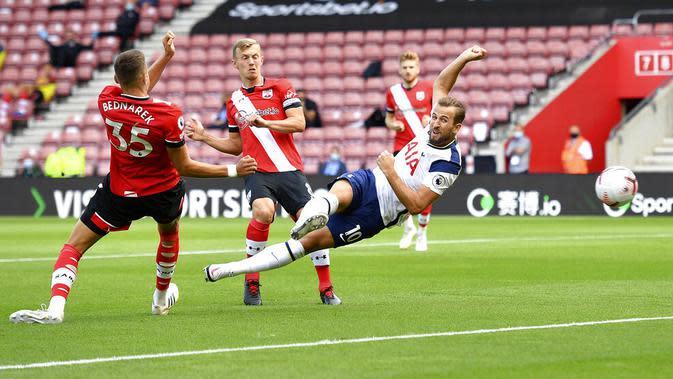 Striker Tottenham Hotspur, Harry Kane, melepaskan tendangan ke gawang Southampton pada laga Liga Inggris di Stadion St. Mary's, Minggu, (20/9/2020). Tottenham menang dengan skor 5-2. (Justin Tallis/Pool via AP)