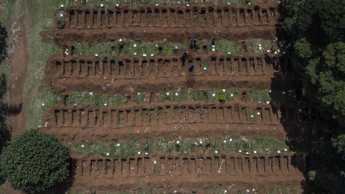 Pemandangan dari udara memperlihatkan pemakaman Vila Formosa di pinggiran Sao Paulo, Brasil, 31 Maret 2020. Jumlah penguburan di pemakaman terbesar di Amerika Latin ini meningkat 30 persen sejak awal pandemi virus corona COVID-19. (Photo by NELSON ALMEIDA /AFP)