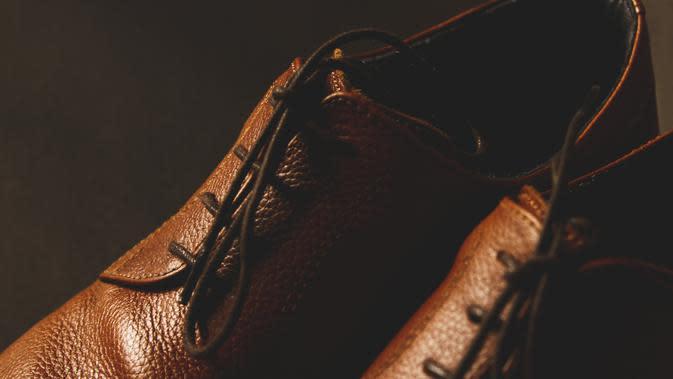 Sepatu Kulit (Photo by rupixen.com on Unsplash)