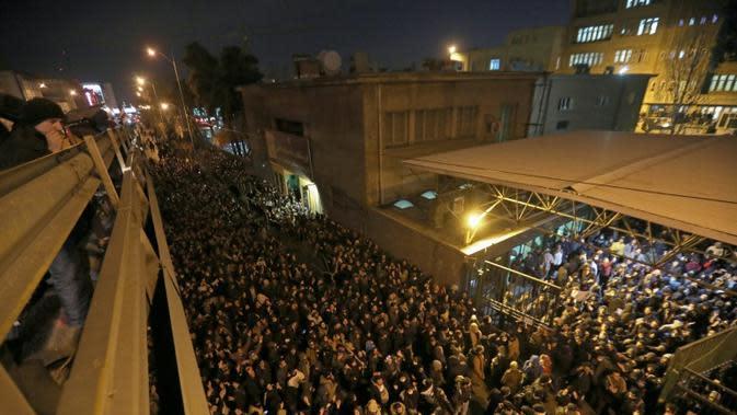 Massa berdemonstrasi di Teheran menuntut Pemimpin Tertinggi Iran Ayatollah Ali Khamenei mundur sebagai tanggung jawab atas insiden penembakan pesawat Ukraina yang menewaskan warga sipil. (AFP)
